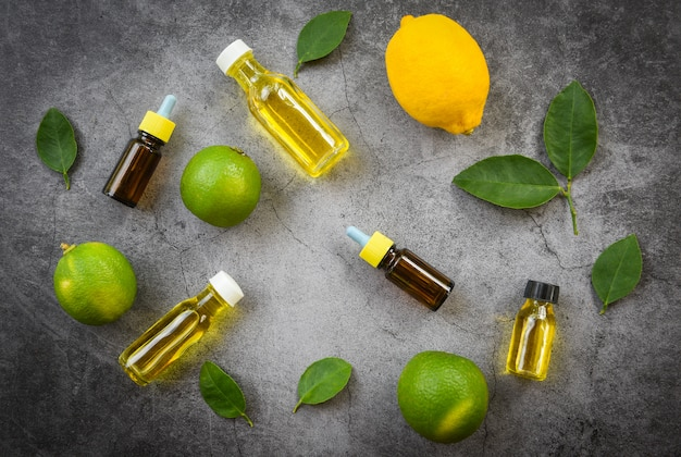 Frascos de óleo de ervas aromaterapia aroma com folhas de limão e limão vista superior de formulações de ervas