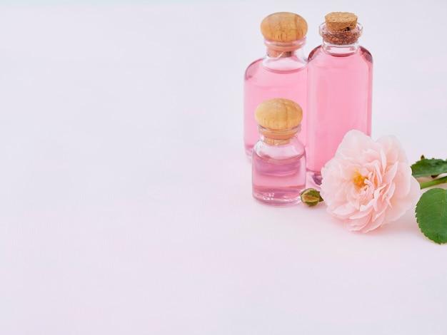 Frascos de óleo essencial de rosa