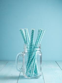 Frascos de pedreiro com palhas de papel amarelo e boné. ideal para bebidas de verão e smoothies.