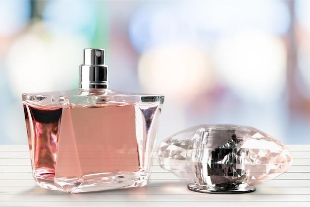 Frascos de perfume aromático no fundo
