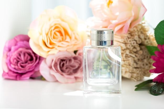 Frascos de perfume com flores