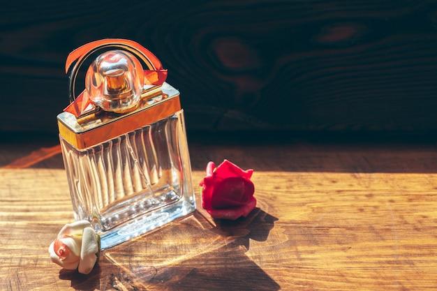 Frascos de perfume diferentes na madeira