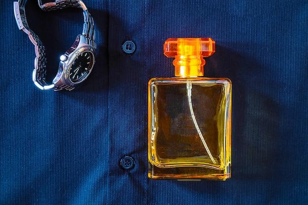 Frascos de perfume e perfume com relógios de pulso