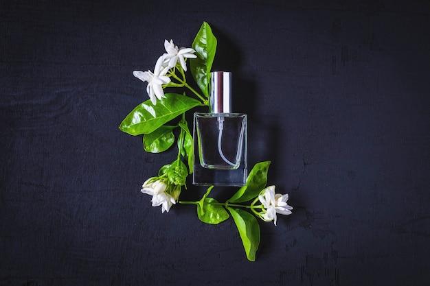 Frascos de perfume e perfume e o aroma de flores