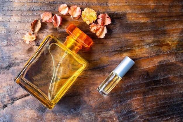 Frascos de perfume e perfume em fundo de madeira