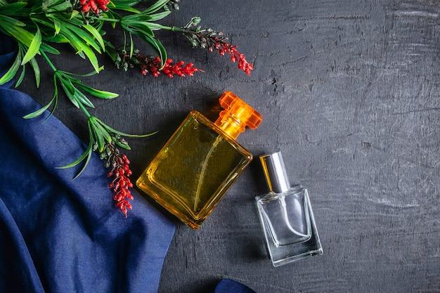 Frascos de perfume e perfume