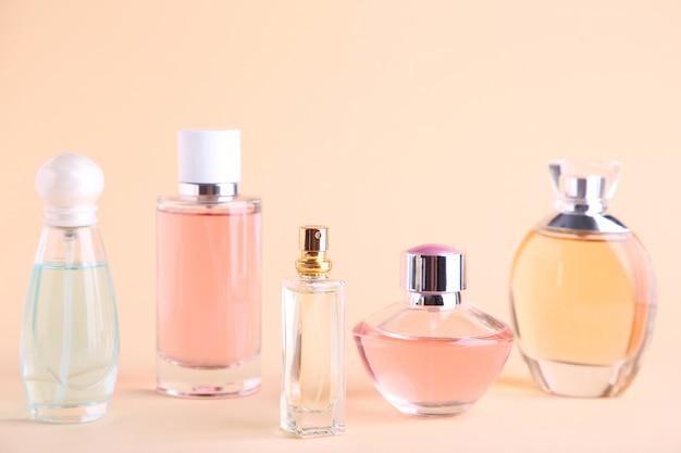 Frascos de perfume em bege