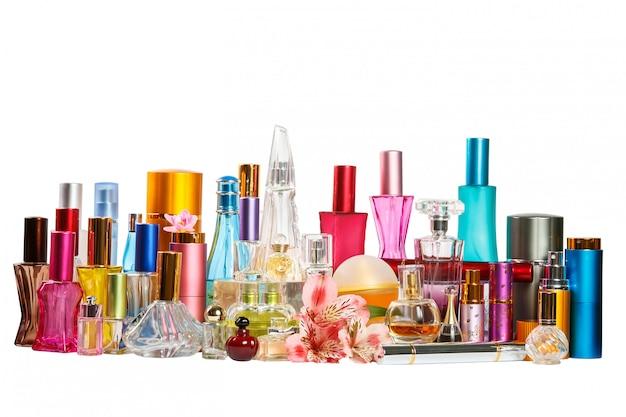 Frascos de perfume isolados