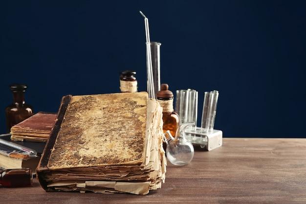 Frascos de remédios antigos e livros na mesa de madeira