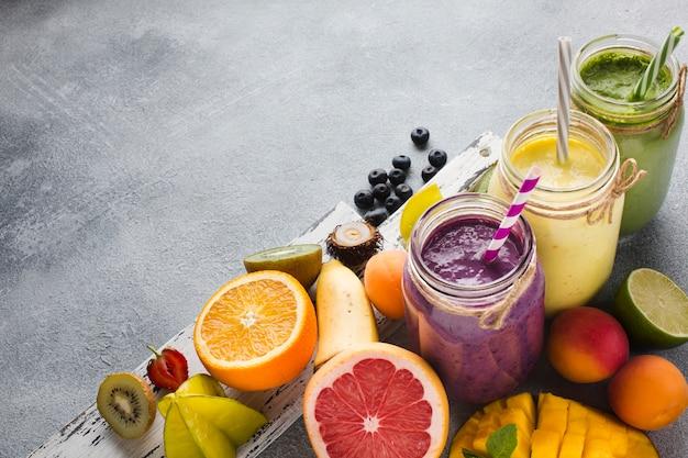 Frascos de smoothie saudável com frutas