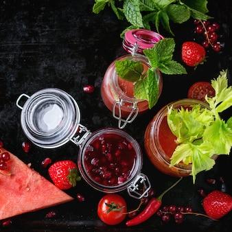 Frascos de smoothies vermelhos