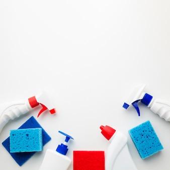 Frascos de spray e esponjas copiam o espaço
