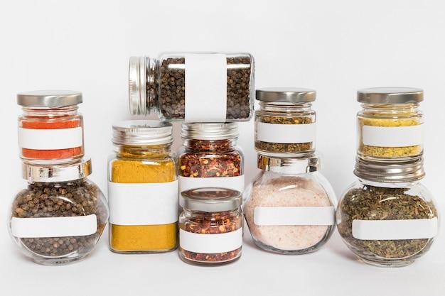 Frascos de tamanhos diferentes com condimentos