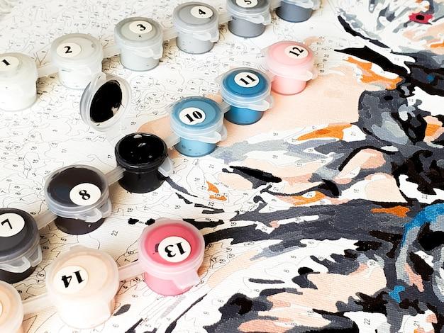 Frascos de tinta numerados para desenhar figuras por números. passatempo criativo