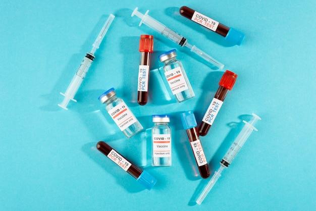 Frascos de vacina contra coronavírus e testes vista superior