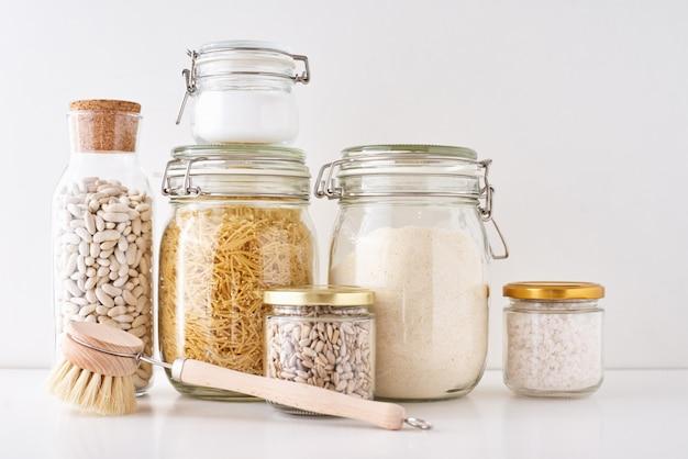 Frascos de vidro com ingredientes alimentares. zero conceito de desperdício.