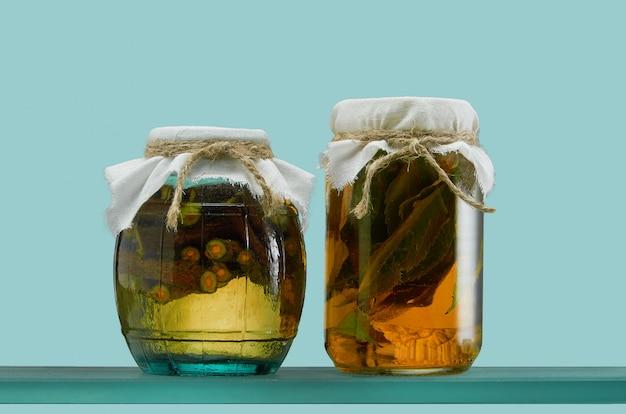 Frascos de vidro com várias tinturas