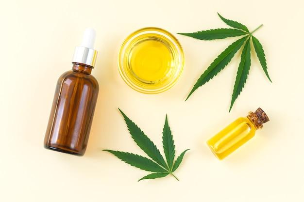 Frascos de vidro de óleo de cannabis cbd com tintura e folhas de cânhamo