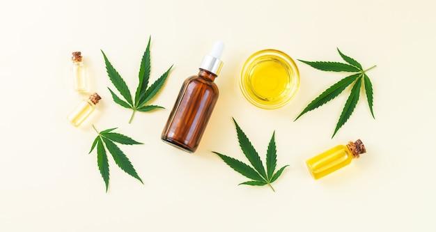 Frascos de vidro de óleo de cannabis cbd tintura e folhas de cânhamo