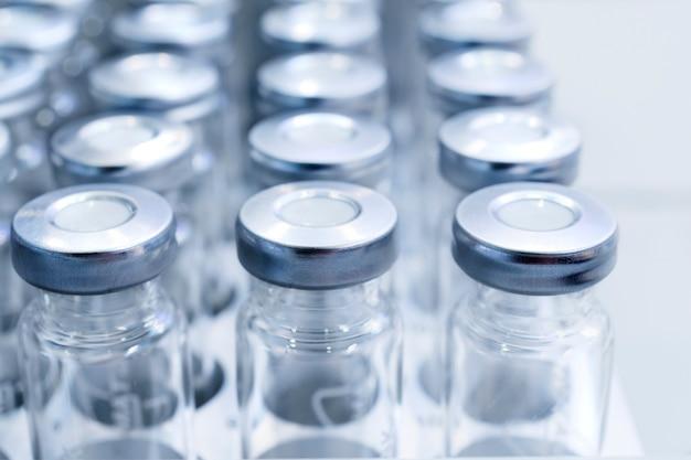 Frascos de vidro para amostras líquidas.
