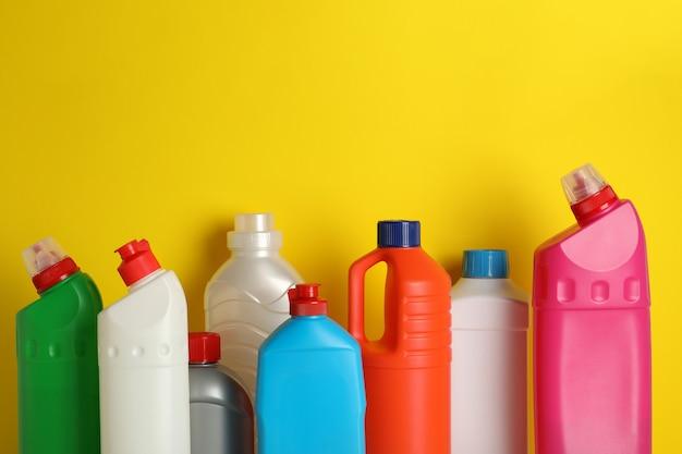 Frascos em branco com diferentes detergentes em amarelo