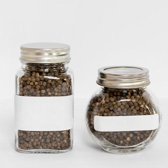 Frascos etiquetados com arranjo de pimenta preta