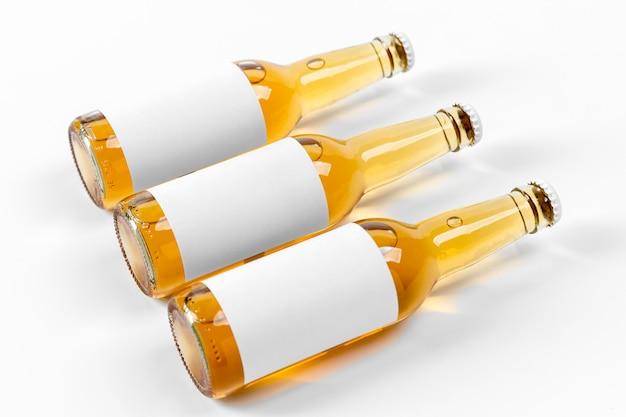 Frascos horizontais de bebidas alcoólicas de vista frontal com adesivos em branco