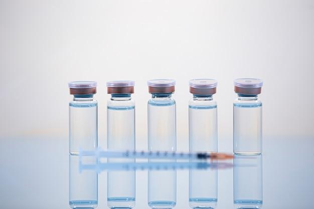Frascos médicos para injeção com uma seringa