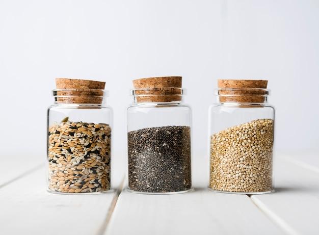 Frascos minimalistas cheios de sementes trituradas