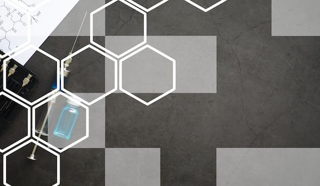 Frascos pequenos com injeção e seringa para injeção em fundo azul perto da fórmula química