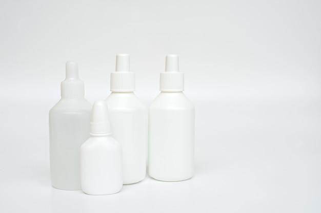 Frascos plásticos brancos de medicamentos em fundo neutro