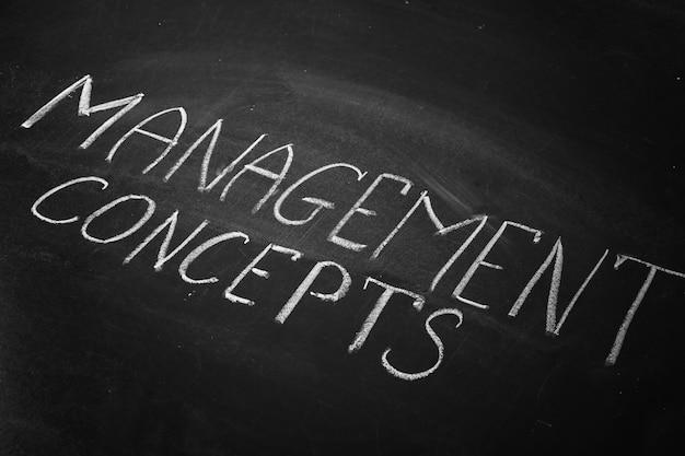 Frase conceitos de gestão escritos na lousa