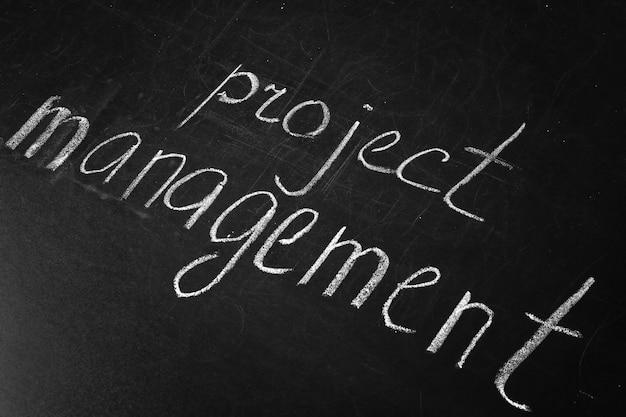 Frase de gerenciamento de projeto escrita no quadro-negro