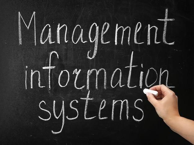 Frase escrita à mão sistemas de informação de gestão no quadro-negro