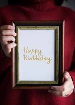 Frase feliz aniversário em um quadro