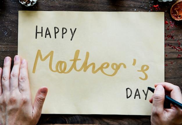 Frase feliz dia das mães em um papel amarelo