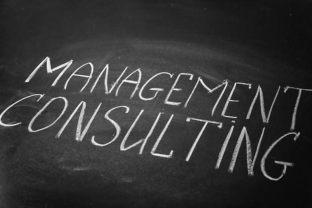 Frase management consulting escrita na lousa