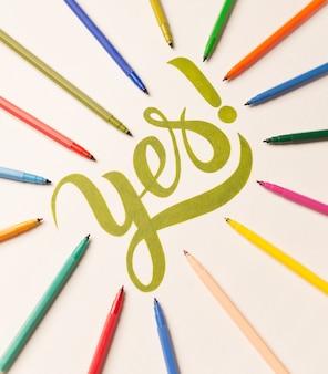 Frase motivacional de aprovação manuscrita entre marcadores coloridos