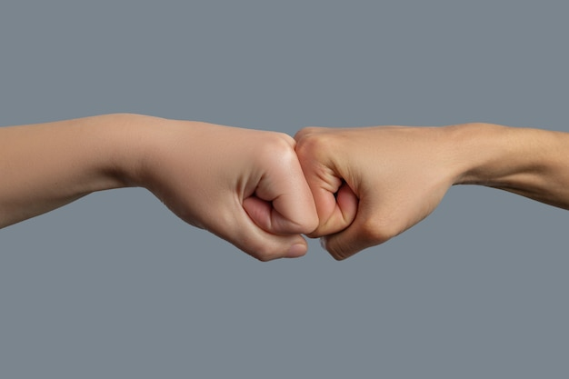 Fraternidade da humanidade. close de punhos de pele clara e pele escura batendo um contra o outro