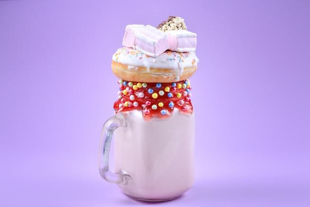 Freakshake de morango rosa com marshmallow e doces.