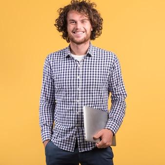 Freelance conceito com homem segurando laptop