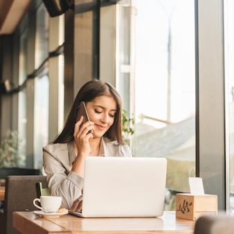 Freelance mulher trabalhando com laptop na cafeteria