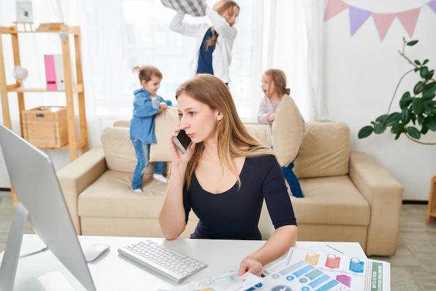 Freelancer bonito que trabalha em casa
