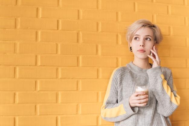 Freelancer conceito com mulher chamando na frente da parede