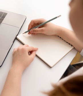 Freelancer de alto ângulo fazendo anotações