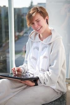 Freelancer de arte digital de garota caucasiana weared de pijama