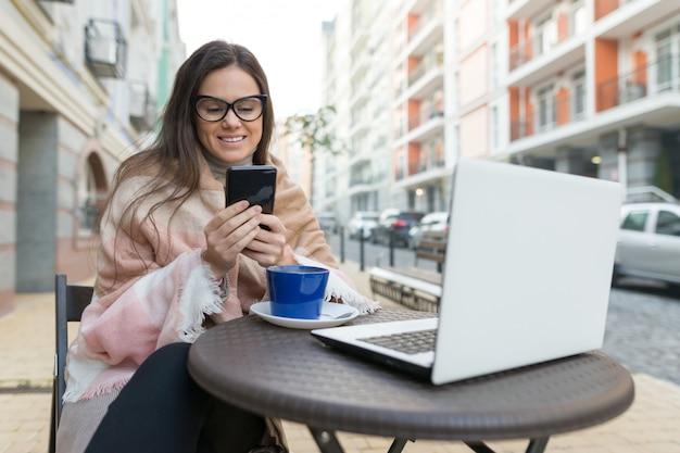 Freelancer de blogueiro jovem no café ao ar livre