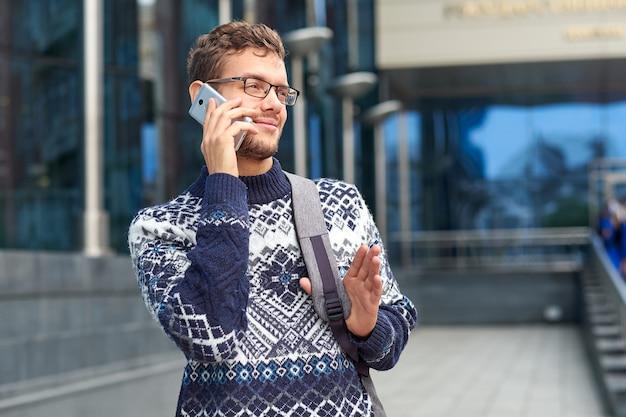 Freelancer de homem de negócios emocional falando ao telefone. conversa bem-sucedida com um parceiro ou cliente