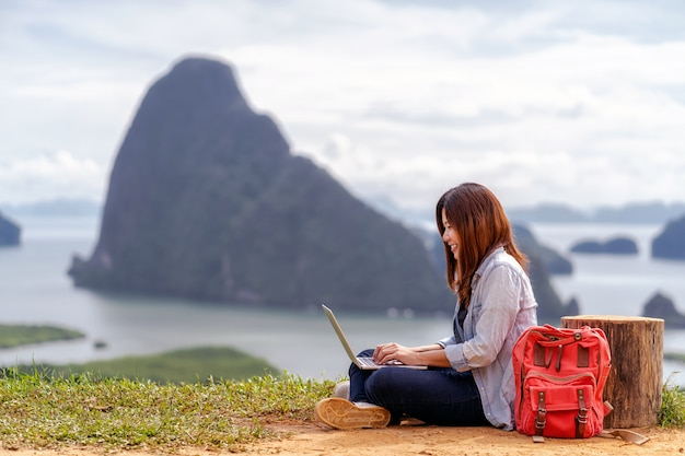 Freelancer de mulher asiática trabalhando com laptop de tecnologia