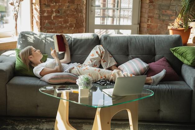Freelancer de mulher caucasiana durante o trabalho no escritório em casa durante a quarentena